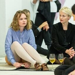 Merike Estna tutvustamas enda kunstnikupraktikat, istutakse Estna vaiba-installatsioonil.