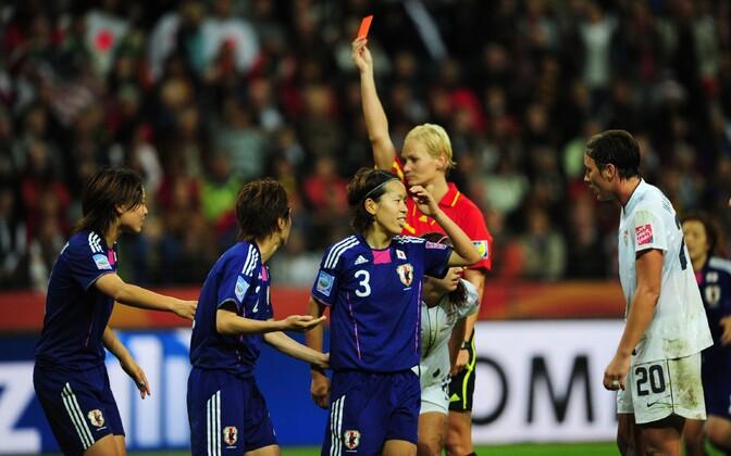 Bibiana Steinhaus 2011. aasta MM-i finaalis punast kaarti näitamas