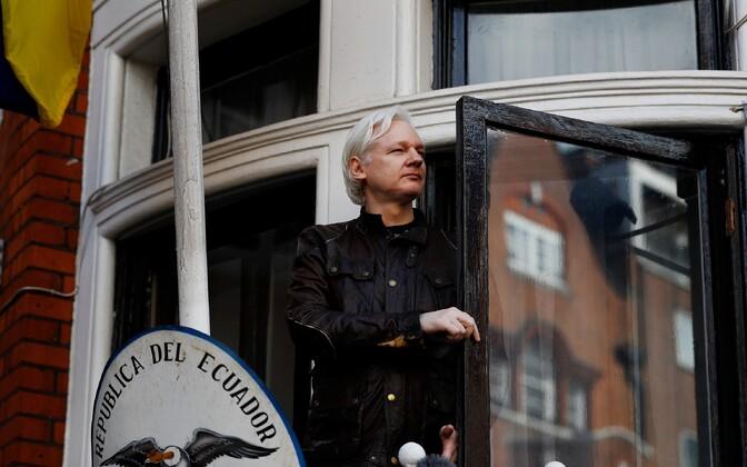 Julian Assange Londonis Ecuadori saatkonna rõdul.