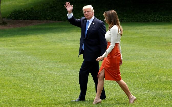 Donald ja Melania Trump Saudi Araabiasse suundumise eel Valgest Majast lahkumas.