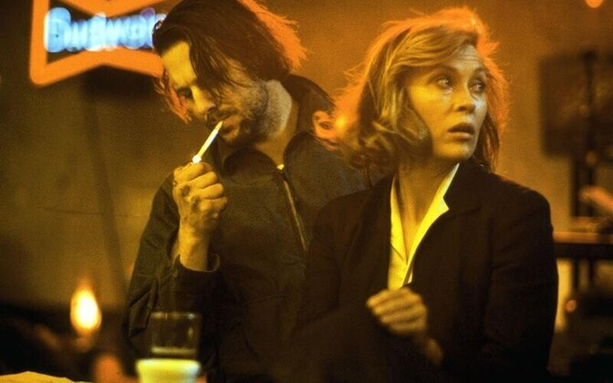 """Bukowski ühe õnnestunuma ekraniseeringu """"Baarikärbes"""" saamisloost on vanameister ise kirjutanud suurepäraselt absurdse ja iroonilise raamatu """"Hollywood"""". Kaader filmist """"Baarikärbes""""."""