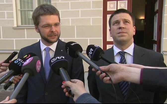Jevgeni Ossinovski ja Jüri Ratas ajakirjanikele selgitusi jagamas.