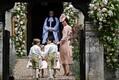 Cambridge'i hertsoginna Catherine juhendamas väikseid lilletüdrukuid, -poisse.