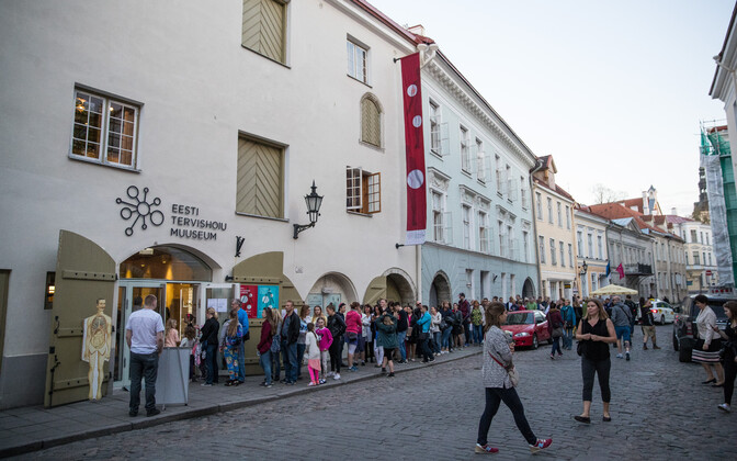 Visitors line up along Lai Street in Tallinn's Old Town to visit the Estonian Health Care Museum. Saturday, May 20, 2017.