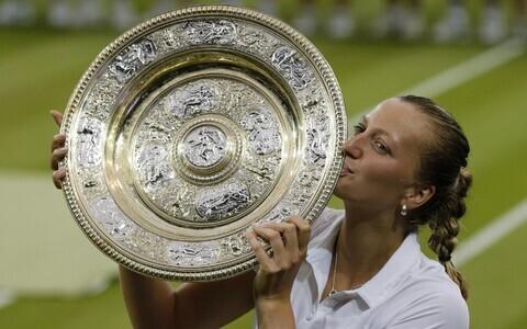 Petra Kvtiova 2014. aasta Wimbledoni võidutrofeega.