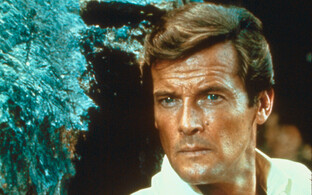 "Roger Moore filmis ""James Bond: Live and Let Die""."