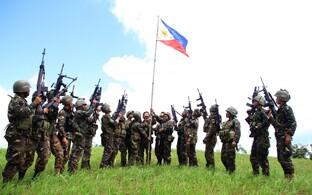 Filipiinide sõdurid heiskasid riigilipu pärast kokkupõrkeid islamiäärmuslastega Mindanao saarel.