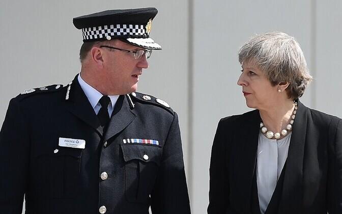 23 мая Тереза Мэй посетила место теракта в Манчестере вместе с главой городской полиции Ианом Хопкинсом.