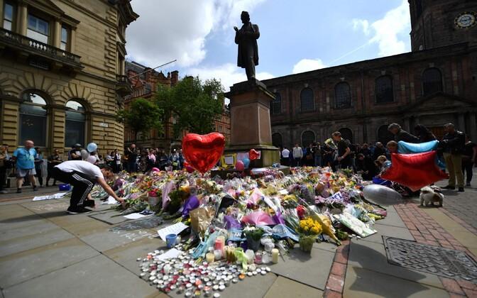 Цветы в память о жертвах теракта в Манчестере.