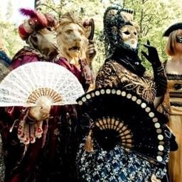 Особого внимания заслуживают карнавальные костюмы.