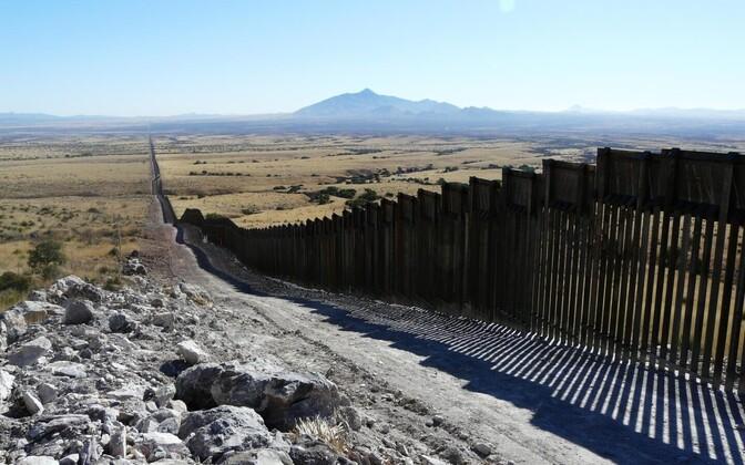 Colorado rahvusmemoriaal USA-Mehhiko piiril, kus müür ja patrullimiseks mõeldud lai teesillutis on põhjustanud elupaikade killustumise, ohustades mitmete liikide heaolu.