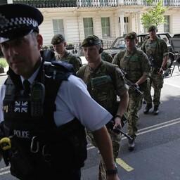 Briti politseinik ja sõdurid.