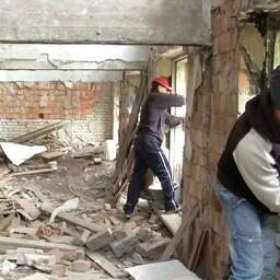 Владелец здания разрешил горожанам привести в порядок его здание, но помощи им сам не оказывает.