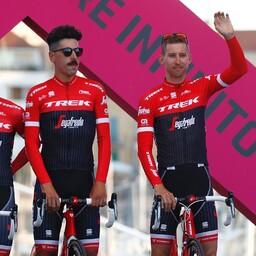 Eugenio Alafaci (keskel) Giro eel meeskondade tutvustusel.