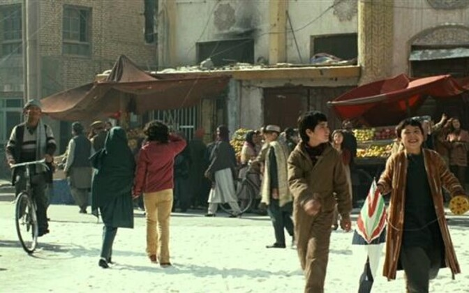"""Jäädvustus Marc Forsteri filmist """"Lohelennutaja"""" (""""The Kite Runner"""", 2007). Film põhineb Khaled Hosseini 2003. aastal ilmunud samanimelisel romaanil (ee """"Lohejooksja"""", 2008). Filmis mängivad kaht peaosalist lastena Zekeria Ebrahimi (vasakul) ja Ahmad Khan"""