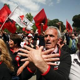 Opositsiooniliider Lulzim Basha mai keskel valitsusvastasel protestimarsil Albaania pealinnas Tiranas.