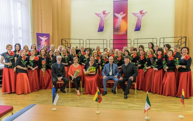 Naiskoor Emajõe Laulikud koos konkursi žüriiliikmetega.