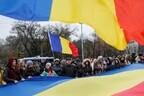 Жители Кишинева и флаги Молдовы.