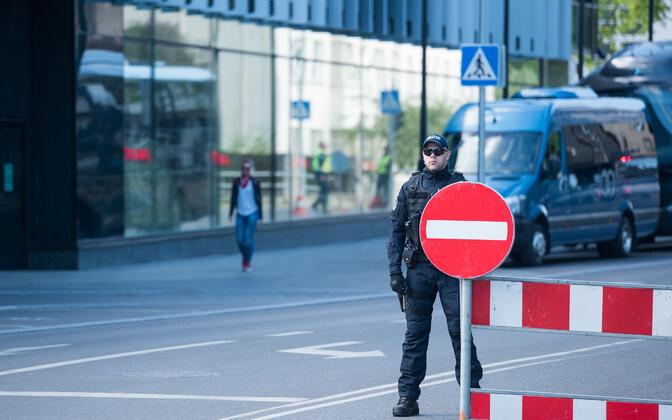 EL-i eesistumise kohtumiste ajaks on liiklus Tallinnas piiratud. Liikluse sulgemine Hiltoni hotelli ees.