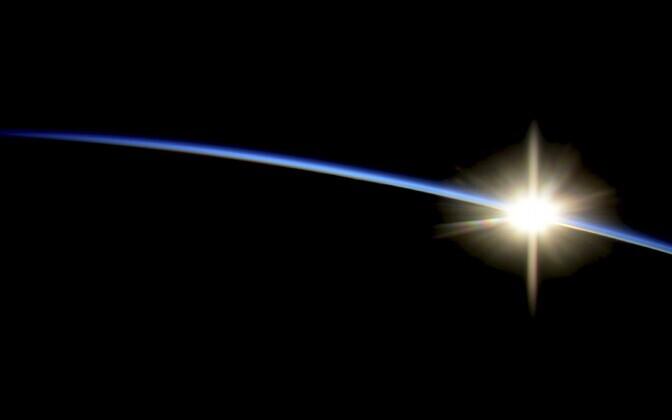 Rahvusvahelisest Kosmosejaamast (ISS) tehtud foto tõusvast päikesest.