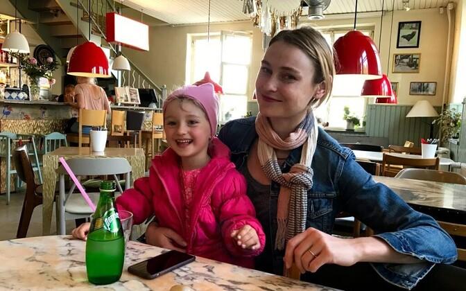 Anni Arro oma tütrega Kukekeses selle viimasel tööpäeval 28. mail.