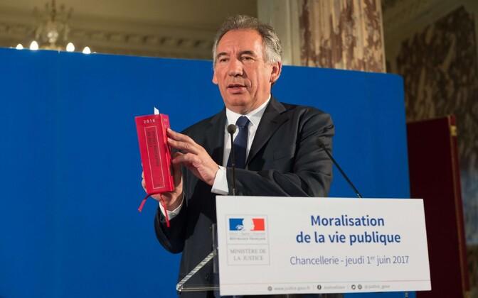 Prantsuse justiitsminister François Bayrou eelnõu tutvustamas.
