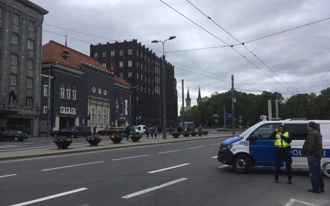 Полиция у таллиннской горуправы в пятницу.