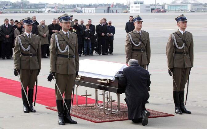 Jaroslaw Kaczynski palvetamas Lech Kaczynski kirstu juures Varssavi lennujaamas 2010. aasta 11. aprillil.