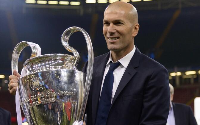 Zinedine Zidane võidukarikaga.