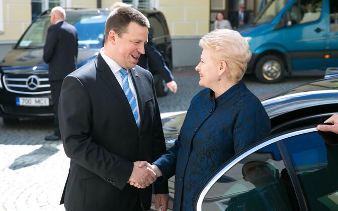 Prime Minister Jüri Ratas greets Lithuanian President Dalia Grybauskaitė at Stenbock House on Tuesday. June 6, 2017.