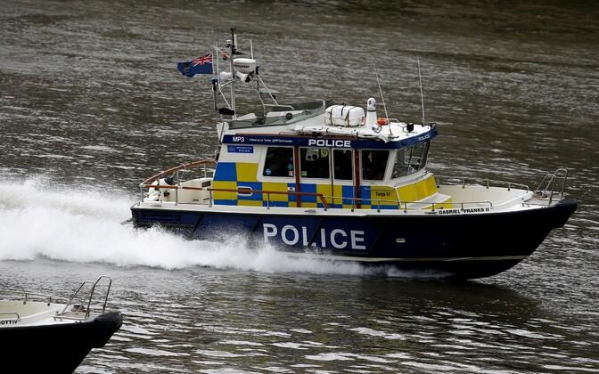 Londoni politsei Thames'i jõel.