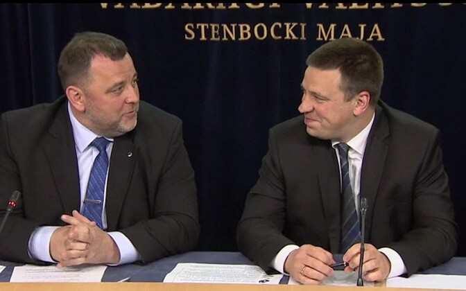 Outgoing Minister of Finance Sven Sester (IRL) and Prime Minister Jüri Ratas (Center).