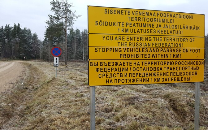 Trilingual warning sign posted along the road that cuts through the Saatse Boot.
