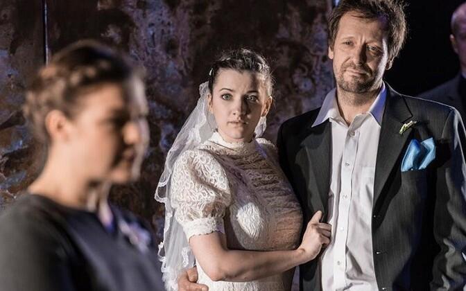 Filmiga võrreldes on lavastuses raskem aru saada, miks abiellub Jan (Ivo Uukkivi) just Bessiga (Marian Heinat). Katrin Pärna kehastatud Dodo (fotol vasakul) mõjub aga laval soojema ja inimlikumana.  Andres Keil