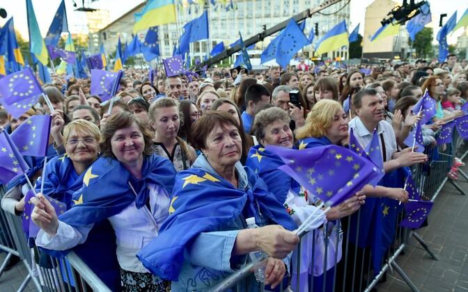 Euroopa Liidu lippudega ukrainlased laupäeval Kiievis viisavabaduse puhul toimunud kontserdil.