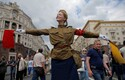 Tverskajal on barrikaadid ametlikult eesmärgiga tähistada Venemaa päeva ajaloolise etendusega, kuid samas takistavad need barrikaadid meeleavaldajate rongkäiku.