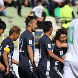 Jaapani jalgpallurid rõõmustamas Iraagi vastu löödud värava üle