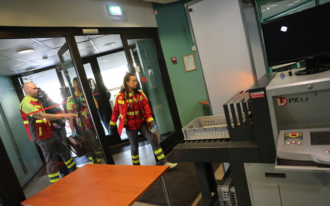 Paramedics entering Harju County Court to check on Edgar Savisaar (Center). June 14, 2017.