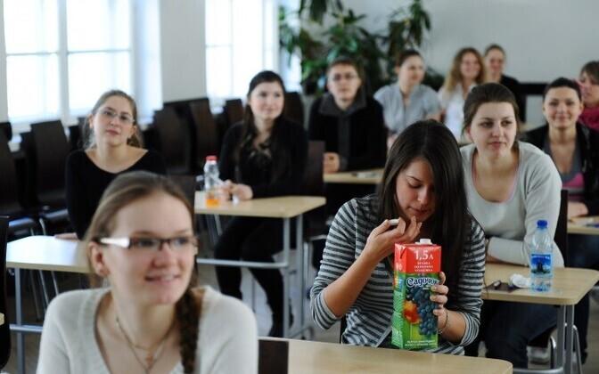 В настоящее время 60% учебной работы в гимназиях должны обязательно вестись на эстонском языке.