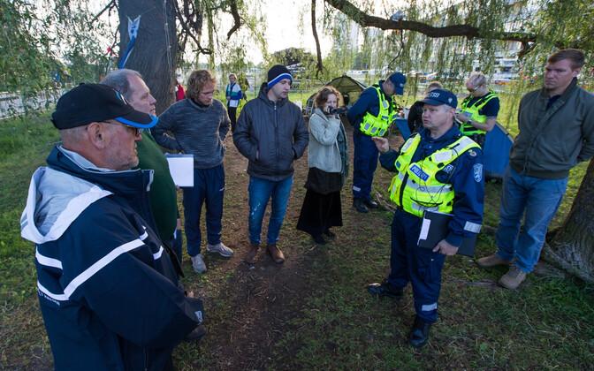 Полиция потребовала от защитников дерева убрать палаточный лагерь.