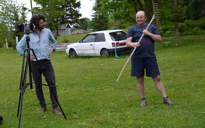 Luca Berti ja Tiit Sagur üritavad ühist keelt leida, et saaks hea pildi. Üldiselt on inimesed Berti mustvalgetel fotodel tõsiste nägudega.