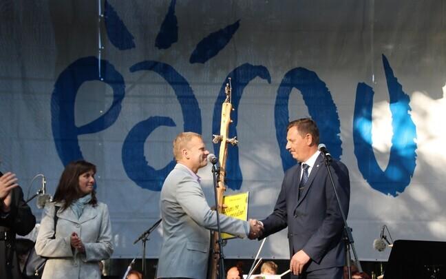 Suvepealinna tunnistuse võttis Taavi Aasalt vastu Romek Kosenkranius.