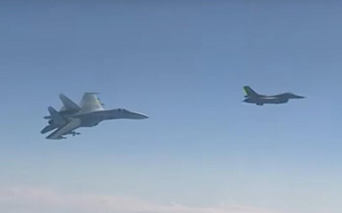 Su-27 ja F-16 Vene kaitseministri lennuki lähedal.