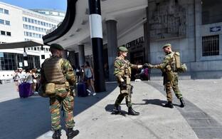 Belgia sõdurid Brüsseli raudteejaama juures patrullimas.