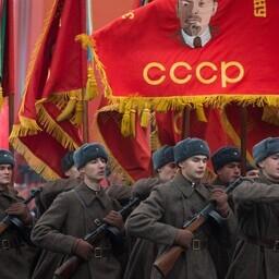 Sõjaaegseid vorme kandvad Vene sõdurid paraadil.