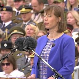 Kersti Kaljulaid kõnelemas võidupüha paraadil.
