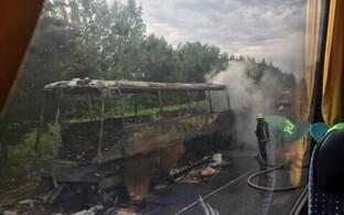 Автобус сгорел дотла. К счастью, никто не пострадал.