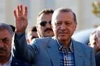 Президент Турции Реджеп Тайип Эрдоган во время праздничной молитвы по случаю окончания священного месяца Рамадан.
