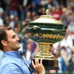 Roger Federer Halle võidukarikaga.