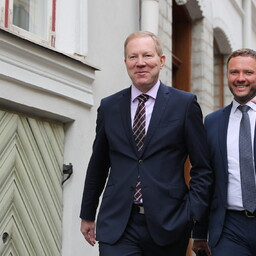 Marko Mihkelson (left) and Margus Tsahkna entering the Old Town restaurant where they announced their decision to the press on Monday. June 26, 2017.